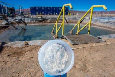 El litio, granulado, al fondo las piletas de decantación de la planta piloto de la minera Exar, de Lithium America y SQM. Producira´en 2020 20.000 toneladas al año.
