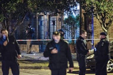 Policías frente a una casa baleada en junio, en un atentado contra la familia del juez Juan Carlos Vienna, que había investigado en un principio a Los Monos