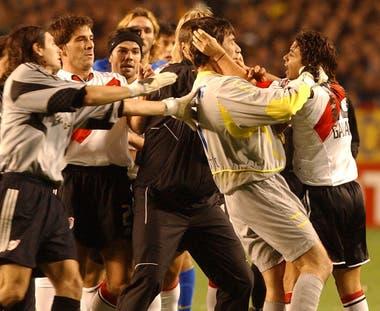 Gallardo y Abondanzieri, se agredieron en un tumulto, después de la expulsión del mediocampista de River, el 10 de junio de 2004
