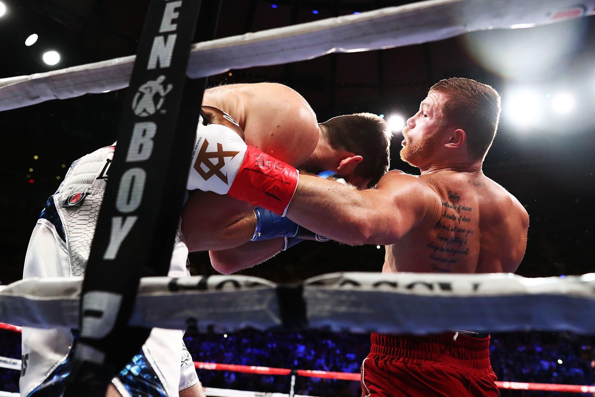 Sin esforzarse demasiado, Canelo ganó su tercer título mundial