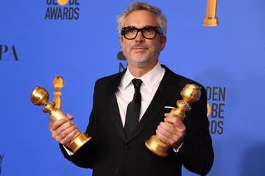 Alfonso Cuaron con sus dos premios, a la mejor película extranjera y al mejor director