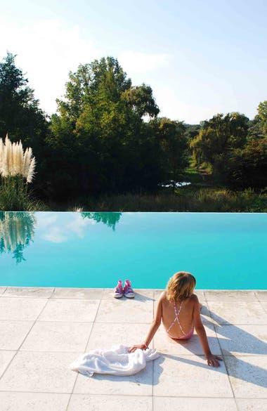 Descanso al sol junto a la piscina de La Lejanía.