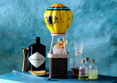 Entre las nubes, un mix de Hendrick's, Cherry Brandy, Strega y una solución cítrica, servido dentro de un globo aerostático