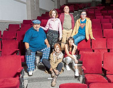 """Roly Serrano, Laura Novoa, Marcos """"Bicho"""" Gómez, Roberto Peloni y Valentina Bassi, con la directora Corina Fiorillo, en el centro"""