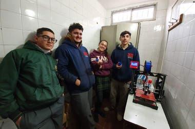 En el programa implementado en las escuelas agrotécnicas la impresión 3D se utiliza para diseñar y fabricar las piezas a medida que se requieren para diversos proyectos planteados en el aula