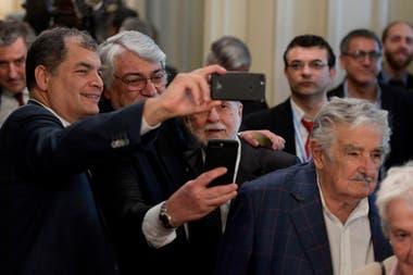 El expresidente de Ecuador, Rafael Correa, el expresidente de Paraguay, Fernando Lugo y el exministro de defensa de Brasil, Celso Amorin posan para una selfie junto a José Mujica