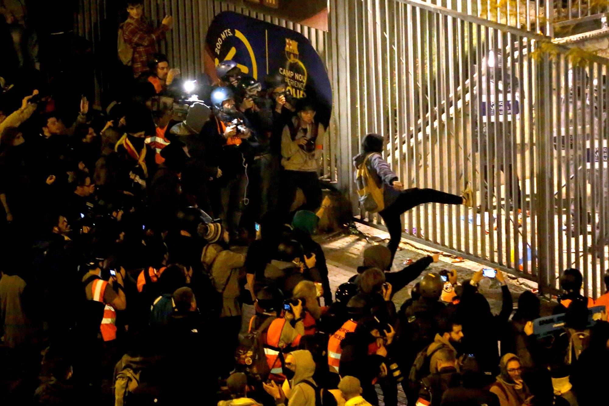 Incidentes frente al Camp Nou: independentistas se enfrentaron con la policía