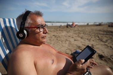 Sergio Calle lee un ebook de cuentos de Sherlock Holmes con música de Iggy Pop de fondo