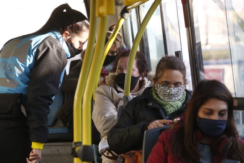 Elecciones: autorizan a los residentes bolivianos a usar el transporte público para ir a votar el domingo
