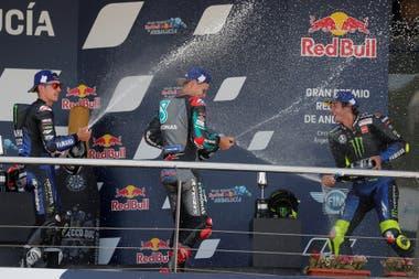 Maverick Viñales y Valentino Rossi bañana con champagne a Fabio Quartararo, ganador en del Gran Premio de Andalucía de MotoGP; el joven francés se impuso en las dos carrera de la temporada 2020 en el circuito de Jerez de la Frontera