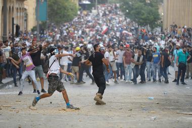 Los manifestantes libaneses, enfurecidos por una explosión mortal atribuida a la negligencia del gobierno, chocan con las fuerzas de seguridad por segunda noche consecutiva cerca de una calle de acceso al parlamento en el centro de Beirut el 9 de agosto de 2020