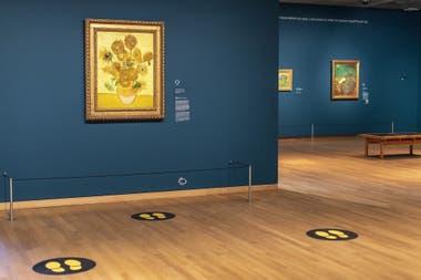 En el Museo Van Gogh de Ámsterdam, las señales sobre el suelo indican al público desde dónde observar las obras y, al mismo tiempo, agilizan la circulación por el lugar