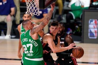 Daniel Theis (27) de los Boston Celtics obliga a Tyler Herro de Miami Heat a pasar el balón desde debajo de la canasta durante la primera mitad del Juego 4 de una final de la Conferencia Este de baloncesto de la NBA, el miércoles 23 de septiembre de 2020 en Lake Buena Vista Florida