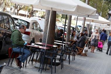 Los bares atienden en sus veredas, en Barcelona, España