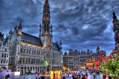 Bruselas es la capital de Bélgica, de la Comunidad Francesa de Bélgica y de la Comunidad Flamenca. Se la conoce también como la capital de la Unión Europea.