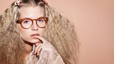 3df56c5209 Lottie es la nueva modelo de gafas Chanel y hermana de Kate Moss
