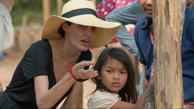 Angelina Jolie dirige a Sreymoch Sareum en First They Killed My Father