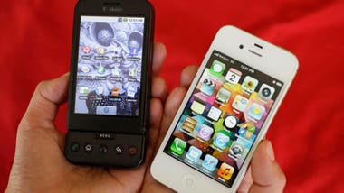 Un HTC Dream junto a un iPhone 4S