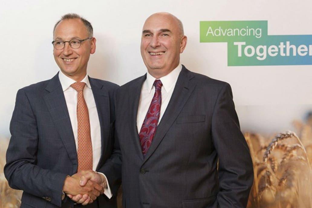 Werner Baumann, CEO de Bayer, y Hugh Grant, CEO de Monsanto, cuando en 2016 anunciaron la operación