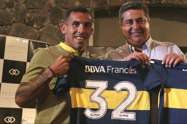 Angelici en una de las presentaciones de Carlos Tevez; el ídolo jugó en elecciones pasadas para el actual presidente de Boca