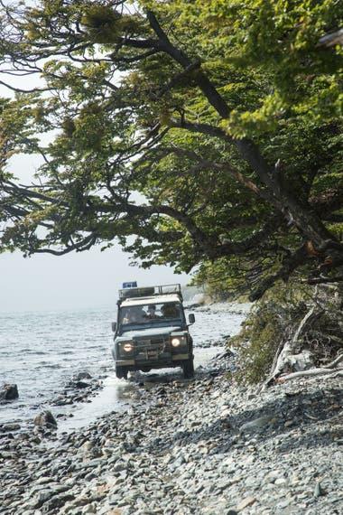 El lago Fagnano es el destino final de las travesías 4x4 que se interna en bosques de lengas