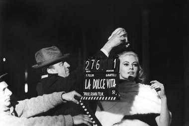 Fellini dirigiendo a la actriz sueca