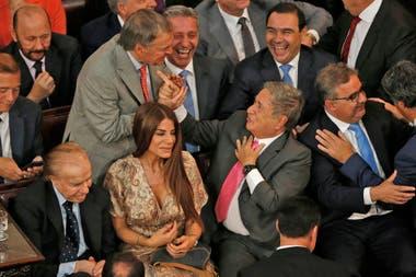 Carlos Manem, junto a su hija Zulemita y Eduardo Duhalde en el recinto del Senado