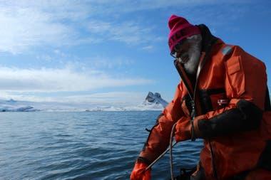 """Carlos """"El Mono"""" Bellisio durante una campaña antártica"""