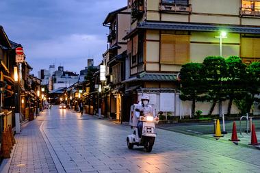 Un motociclista con una mascarilla en medio de las preocupaciones por el coronavirus viaja en el área de Gion en Kyoto el 22 de mayo de 2020 Un motociclista con una máscara facial en medio de las preocupaciones por el coronavirus COVID-19 viaja en el área de Gion en Kyoto el 22 de mayo de 2020