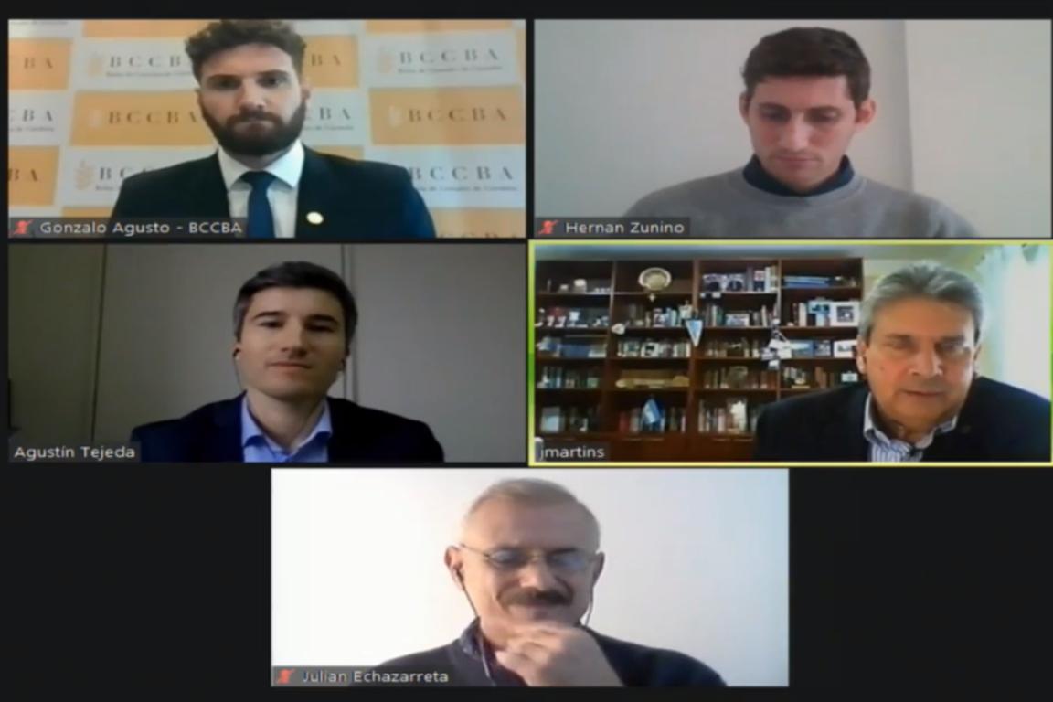 Julián Echezarreta junto al panel de especialistas que hablaron de la importancia en el medio ambiente en el sector