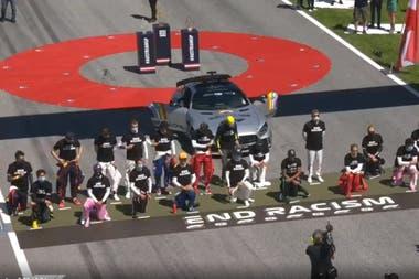 El momento del gesto contra el racismo por parte de los pilotos de la Fórmula 1