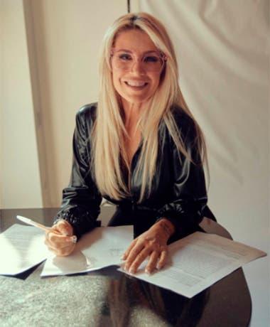 Florencia Peña, al momento de firmar el contrato con el canal