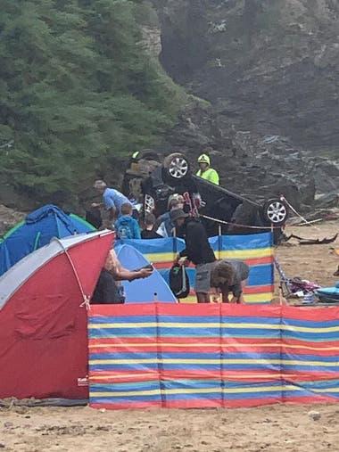 El auto cayó sobre una carpa de playa que en el momento se encontraba vacía (SWNS)