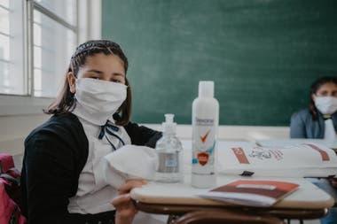 Cada uno de los chicos recibió un kit de higiene, que incluyó alcohol en gel, un tapaboca, jabón líquido y una toalla personal en una bolsa confeccionada con tela vegetal