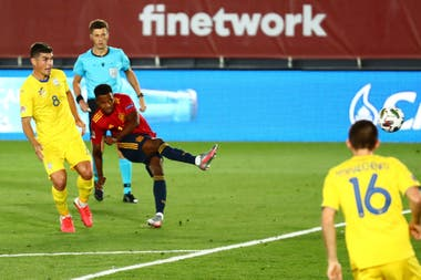 Ansu Fati cruza el remate que lo convertirá, con 17 años y 311 días, en el más joven goleador en la historia del seleccionado de España