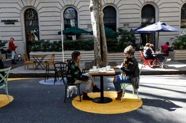 La peatonalización en Palermo, con los círculos pintados para el distanciamiento social