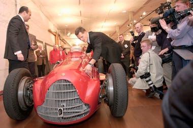 Marzo de 2000, en Dublín: Schumacher y un Ferrari de comienzos de los años cincuentas; el alemán obtuvo cinco cetros en la Scuderia y fue el piloto más importante de las siete décadas del equipo en la Fórmula 1.