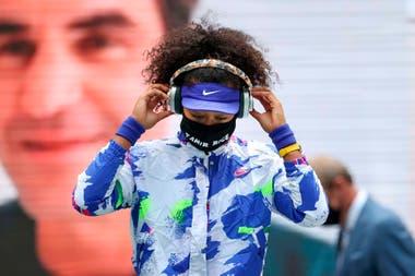 Osaka, la campeona del torneo neoyorquino de Grand Slam, con el ausente Roger Federer como fondo.
