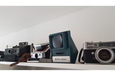 Parte de mi coleccin de cmaras antiguas las dos primeras desde la izquierda son instant cameras de 1969 y 1970 respectivamente En ellas se inspiraron los filtros de Instagram