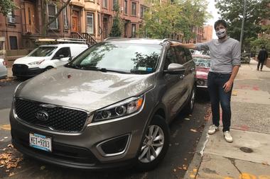 Julien Genestoux, al lado de su nuevo automóvil, que compró hace unas semanas en Nueva York, 29 de septiembre de 2020