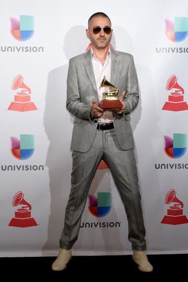 Rafa Arcaute con una de las trece estatuillas Grammy que ganó en la última década y media como productor y compositor