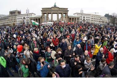 Los manifestantes se congregaron ante la emblemática Puerta de Brandeburgo, así como en calles y puentes