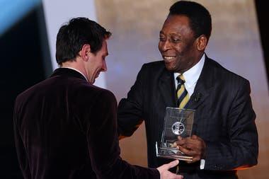 Pelé le entrega un premio a Messi durante una gala organizada por la FIFA