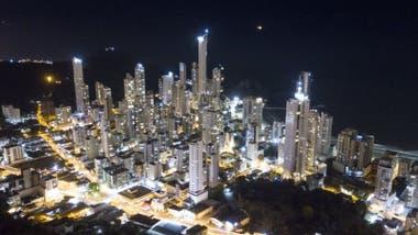 """Apodado """"el Dubai brasileño"""", el Balneario Camboriu tiene seis de los edificios residenciales más altos de América del Sur."""