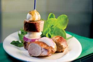 Súper fáciles: pinchos de cerdo, mozzarella y verdeo