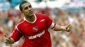 Daniel Montenegro festeja su gol en la cancha de Racing, el séptimo en el Apertura; el Rolfi fue otra vez figura en Independiente
