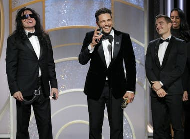 Tommy Wiseau, James Franco y su hermano Dave, al recibir el premio