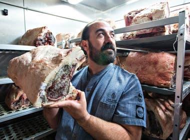 El chef Juan Gaffuri, con uno de los cortes que sirven en Elena