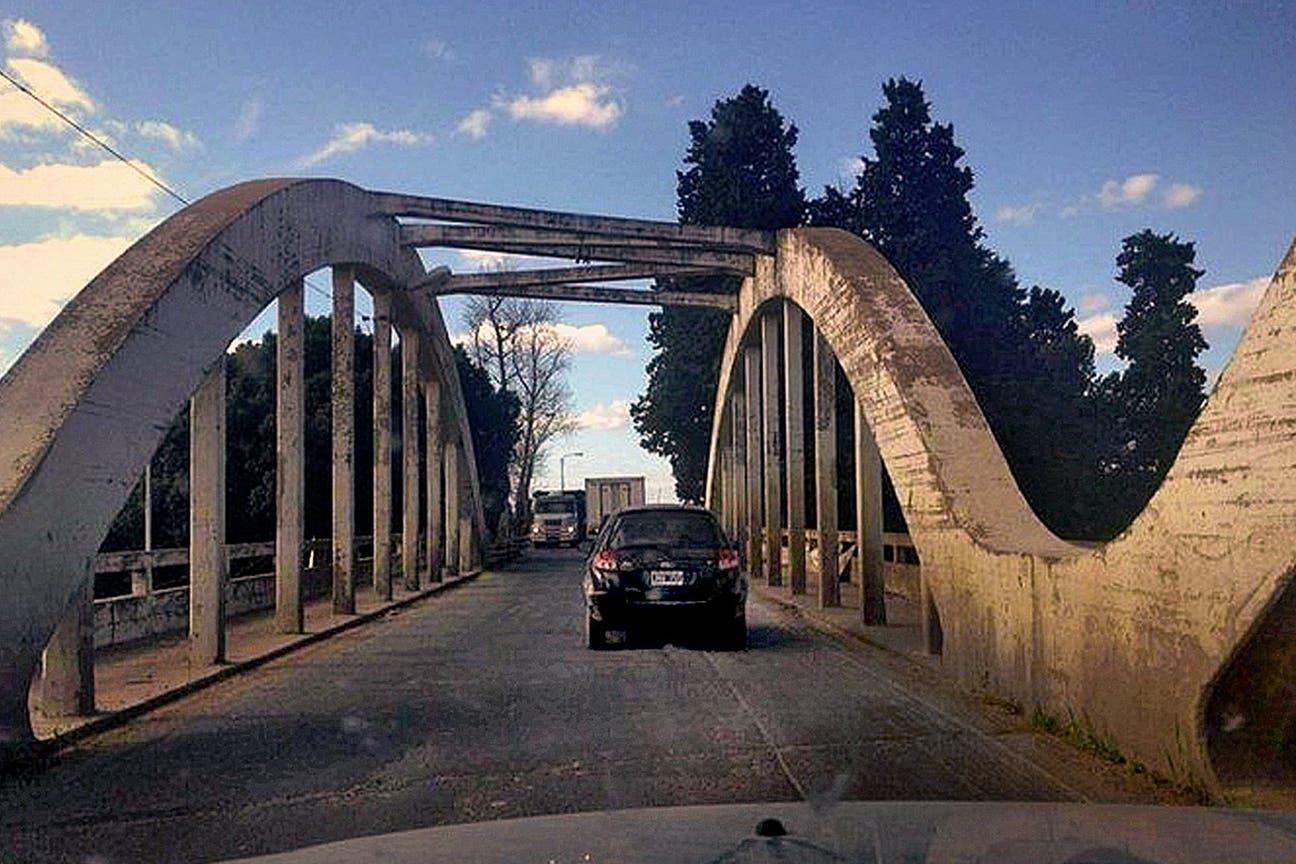 Ayer: El viejo, angosto y peligroso puente de la ruta nacional 5