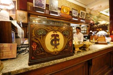 El Café Tortoni cumple 160 años convertido en una meca del turismo extranjero